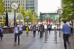 Οι άνθρωποι θολώνουν Άνθρωποι γραφείων που κινούνται γρήγορα για να πάρει να εργαστεί στα ξημερώματα στο Canary Wharf aria Στοκ Φωτογραφίες