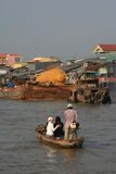 Οι άνθρωποι διασχίζουν με τη βάρκα έναν ποταμό στο Βιετνάμ Στοκ φωτογραφία με δικαίωμα ελεύθερης χρήσης
