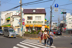 Οι άνθρωποι διασχίζουν την οδό σε Kamakura, Ιαπωνία Στοκ φωτογραφία με δικαίωμα ελεύθερης χρήσης
