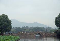 Οι άνθρωποι διασχίζουν τη δυτική λίμνη σε Hangzhou από τη γέφυρα Στοκ φωτογραφία με δικαίωμα ελεύθερης χρήσης