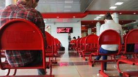 Οι άνθρωποι κάθονται στις καρέκλες ενάντια στην οθόνη αιθουσών αναμονής φιλμ μικρού μήκους