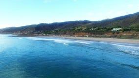 Οι άνθρωποι κάνουν σερφ στο Ειρηνικό Ωκεανό σε Malibu απόθεμα βίντεο