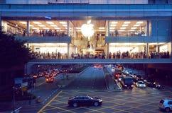 Οι άνθρωποι κάνουν τις αγορές στο κατάστημα της Apple Στοκ Εικόνα