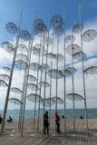 Οι άνθρωποι κάτω από τις ομπρέλες σμιλεύουν μέσα της πόλης Θεσσαλονίκης, κεντρική Μακεδονία, Gre Στοκ φωτογραφία με δικαίωμα ελεύθερης χρήσης