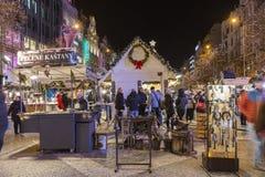 2017 - Οι άνθρωποι και οι τουρίστες που επισκέπτονται τις αγορές Χριστουγέννων στο Wenceslas τακτοποιούν στην Πράγα Στοκ Φωτογραφία