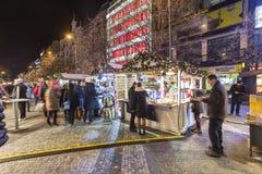 2017 - Οι άνθρωποι και οι τουρίστες που επισκέπτονται τις αγορές Χριστουγέννων στο Wenceslas τακτοποιούν στην Πράγα Στοκ εικόνες με δικαίωμα ελεύθερης χρήσης
