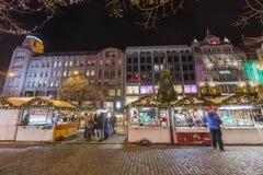 2017 - Οι άνθρωποι και οι τουρίστες που επισκέπτονται τις αγορές Χριστουγέννων στο Wenceslas τακτοποιούν στην Πράγα Στοκ Φωτογραφίες