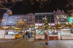 2017 - Οι άνθρωποι και οι τουρίστες που επισκέπτονται τις αγορές Χριστουγέννων στο Wenceslas τακτοποιούν στην Πράγα Στοκ Εικόνες