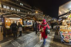 2017 - Οι άνθρωποι και οι τουρίστες που επισκέπτονται τις αγορές Χριστουγέννων στο Wenceslas τακτοποιούν στην Πράγα Στοκ φωτογραφίες με δικαίωμα ελεύθερης χρήσης