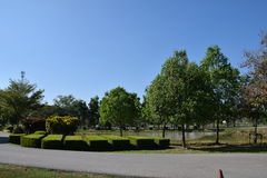 οι άνθρωποι καλλιεργούν και σύννεφο και οικοδόμηση ουρανού Στοκ φωτογραφίες με δικαίωμα ελεύθερης χρήσης