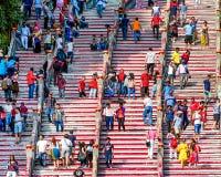 Οι άνθρωποι κινούνται επάνω στα σκαλοπάτια για να επισκεφτούν την επίσκεψη, την έννοια του τουρισμού και την περιέργεια Στοκ Φωτογραφίες