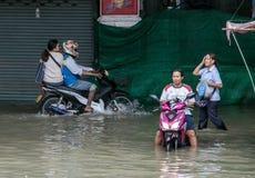 Οι άνθρωποι κινούνται σε μια πλημμυρισμένη οδό, Ταϊλάνδη στοκ εικόνες με δικαίωμα ελεύθερης χρήσης