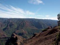 Οι άνθρωποι κοιτάζουν και παίρνουν τις φωτογραφίες της άποψης των πολύβλαστων βουνών στοκ φωτογραφίες