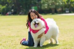 Οι άνθρωποι κρατούν ένα σκυλί Στοκ Εικόνες