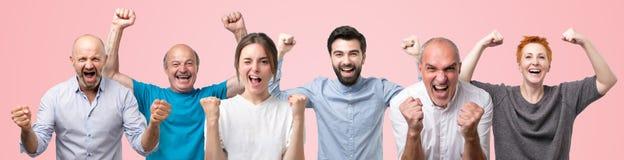Οι άνθρωποι κραυγάζουν με την ευτυχία, γιορτάζουν το μεγάλο θρίαμβο και η νίκη, σφίγγει τις πυγμές στοκ εικόνες