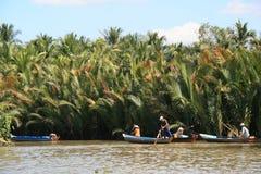 Οι άνθρωποι κωπηλατούν σε έναν ποταμό στο Βιετνάμ Στοκ Φωτογραφία