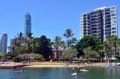 Οι άνθρωποι κωπηλατούν τον πίνακα στο Gold Coast Queensland Αυστραλία Στοκ φωτογραφία με δικαίωμα ελεύθερης χρήσης