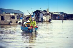 οι άνθρωποι λιμνών της Καμπότζης υποσκάπτουν tonle Στοκ εικόνες με δικαίωμα ελεύθερης χρήσης