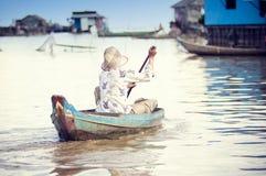 οι άνθρωποι λιμνών της Καμπότζης υποσκάπτουν tonle Στοκ Φωτογραφία
