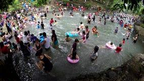 Οι άνθρωποι λούζουν στον κρύο και καθαρό δύσκολο ποταμό νερών πηγής βουνών φιλμ μικρού μήκους
