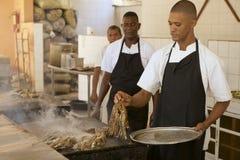 Οι άνθρωποι μαγειρεύουν τους αστακούς σε ένα τοπικό εστιατόριο σε Punto Cana, Δομινικανή Δημοκρατία Στοκ Εικόνες