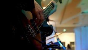 Οι άνθρωποι με την κιθάρα και σόλο σε μια συναυλία βράχου κλείνουν extrimely επάνω απόθεμα βίντεο