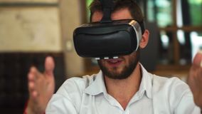 Οι άνθρωποι με τις κάσκες εικονικής πραγματικότητας σε ένα εργοτάξιο οικοδομής Η γυναίκα παρουσιάζει στην ομάδα αρχιτεκτόνων και  απόθεμα βίντεο