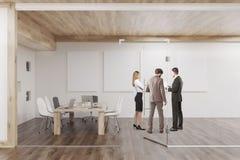 Οι άνθρωποι μιλούν στη αίθουσα συνδιαλέξεων με τέσσερις αφίσες Στοκ Εικόνες