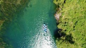 Οι άνθρωποι οδηγούν η βάρκα στο φυσικό περιβάλλον απόθεμα βίντεο