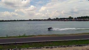 Οι άνθρωποι οδηγούν μια βάρκα μπανανών στο έλος απόθεμα βίντεο