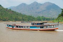 Οι άνθρωποι οδηγούν την παραδοσιακή μακριά βάρκα από Mekong τον ποταμό σε Luang Prabang, Λάος Στοκ φωτογραφία με δικαίωμα ελεύθερης χρήσης