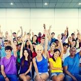 Οι άνθρωποι ομάδας συσσωρεύουν την εθελοντική έννοια πρότασης συνεργασίας στοκ εικόνες