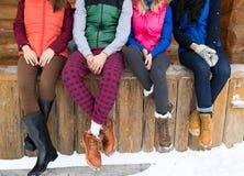 Οι άνθρωποι ομαδοποιούν τη συνεδρίαση στο ξύλινο εξοχικό σπίτι θερέτρου χειμερινού χιονιού εξοχικών σπιτιών πεζουλιών Στοκ Εικόνα