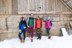 Οι άνθρωποι ομαδοποιούν εξοχικό σπίτι θερέτρου φίλων χαμόγελου του χωριού το ξύλινο εξοχικών σπιτιών εξωτερικό ευτυχές Στοκ Φωτογραφία