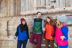 Οι άνθρωποι ομαδοποιούν εξοχικό σπίτι θερέτρου φίλων χαμόγελου του χωριού το ξύλινο εξοχικών σπιτιών εξωτερικό ευτυχές Στοκ φωτογραφία με δικαίωμα ελεύθερης χρήσης