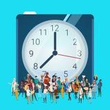 Οι άνθρωποι ομαδοποιούν το διαφορετικό επάγγελμα πέρα από το ρολόι, έμβλημα εργαζομένων φυλών μιγμάτων υπαλλήλων απεικόνιση αποθεμάτων