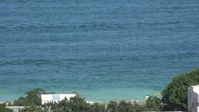 Οι άνθρωποι λούζουν στη θάλασσα 4K φιλμ μικρού μήκους
