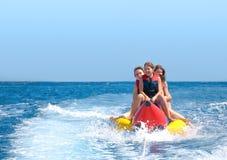 Οι άνθρωποι οδηγούν στη βάρκα μπανανών Στοκ Φωτογραφία