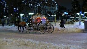 Οι άνθρωποι οδηγούν στη μεταφορά με ένα άλογο Χειμώνας Χριστούγεννα φιλμ μικρού μήκους