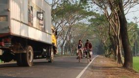 Οι άνθρωποι οδηγούν τα ποδήλατα από το δρόμο σε Jessore, Μπανγκλαντές απόθεμα βίντεο