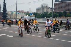 Οι άνθρωποι οδηγούν τα ποδήλατα στη Μόσχα Στοκ Εικόνα