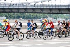 Οι άνθρωποι οδηγούν τα ποδήλατα Στοκ Φωτογραφίες