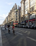 Οι άνθρωποι οδηγούν τα ποδήλατα στοκ φωτογραφία