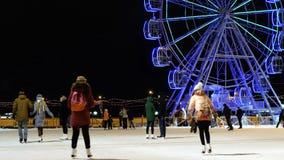 Οι άνθρωποι οδηγούν το βράδυ στην αίθουσα παγοδρομίας Χειμώνας Ρόδα Ferris απόθεμα βίντεο