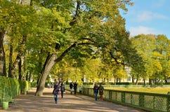 οι άνθρωποι πάρκων χαλαρών&omi Στοκ Φωτογραφία