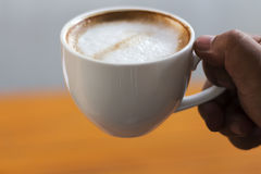 Οι άνθρωποι πίνουν τον καυτό καφέ Στοκ φωτογραφία με δικαίωμα ελεύθερης χρήσης