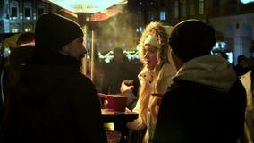 Οι άνθρωποι πίνουν coffe και άμπελος στην οδό απόθεμα βίντεο