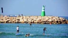 Οι άνθρωποι παίζουν στη θάλασσα Στοκ εικόνες με δικαίωμα ελεύθερης χρήσης