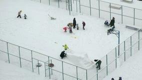 Οι άνθρωποι παίζουν στο περιφραγμένο προαύλιο το χειμώνα φιλμ μικρού μήκους