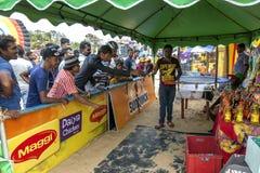 Οι άνθρωποι παίζουν τις στεφάνες σε μια οργάνωση σκηνών επίδειξης στην παραλία Negombo στη Σρι Λάνκα Στοκ Φωτογραφίες